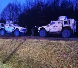 Zderzenie osobówki z samochodem wojskowym w Dąbrowie Górniczej [ZDJĘCIA]. Kobieta została przewieziona