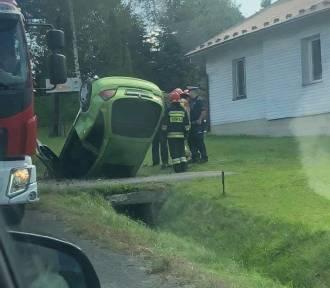 Radocza koło Wadowic. Samochód wypadł z drogi i wbił się w rów