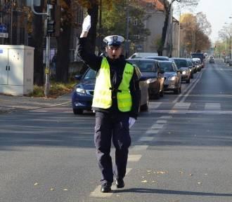 Co pokazuje policjant, gdy kieruje ruchem? [ZDJĘCIA, WIDEO]
