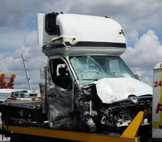 """Bus wjechał w drogowców. Nie żyją 2 osoby. """"Kierowca mógł być zmęczony"""""""