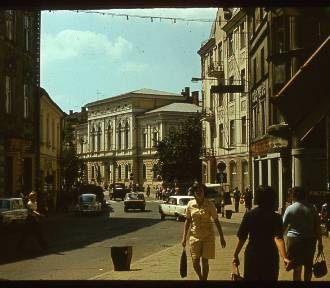 Tarnów. Wałowa od 30 lat jest deptakiem. Tak ulica wyglądała wcześniej [ZDJĘCIA]