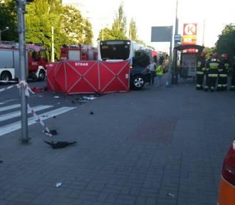 Samochód wjechał w tył autobusu. Druga ofiara śmiertelna
