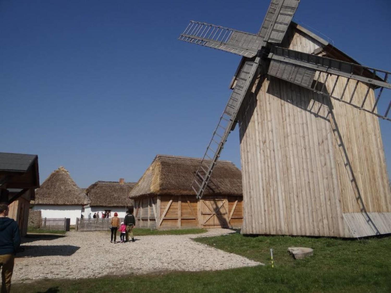 Wspaniałym zabytkiem jest odrestaurowany wiatrak koźlak z 1820 roku