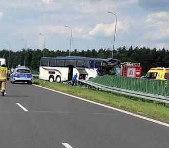Wypadek autokaru z dziećmi na autostradzie koło Kutna