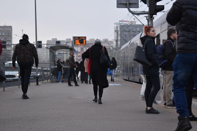 Nowe znaki na przystankach na placu Jana Pawła II