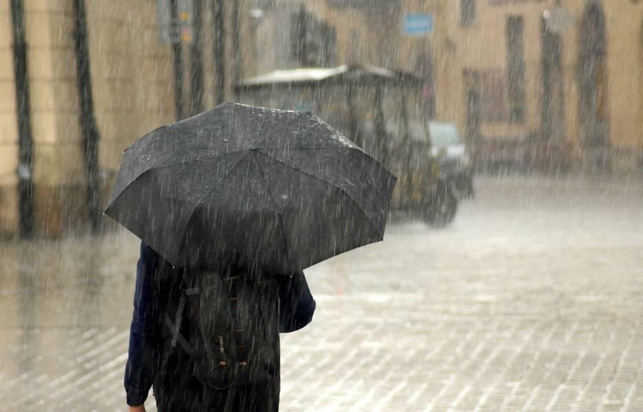 Burzom będzie towarzyszył deszcz od 20 mm do 40 mm, lokalnie nawet do 60 mm oraz silny wiatr z porywami do 115 km/h