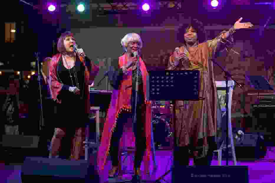 Muzyczny hołd pierwszej damie piosenki Elli Fitzgerald złożyły trzy wokalistki chicagowskiej sceny jazzowej (od lewej): Spider Saloff, Frieda Lee i Dee Alexander