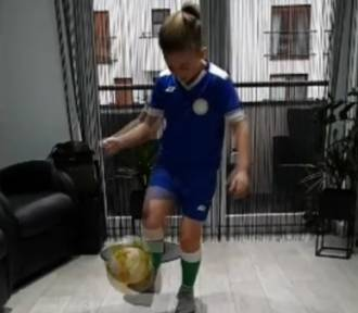 Najmłodsi piłkarze KKS-u trenują w domu. Obejrzyjcie krótki film!