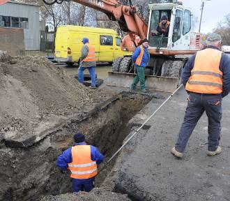 Ruszyły prace przy modernizacji Lipowej. Na razie poza drogą [ZDJĘCIA]