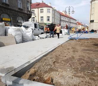 Trwa remont na ul. 3 Maja w Rzeszowie. Robotnicy kładą już granit [FOTO,WIDEO]