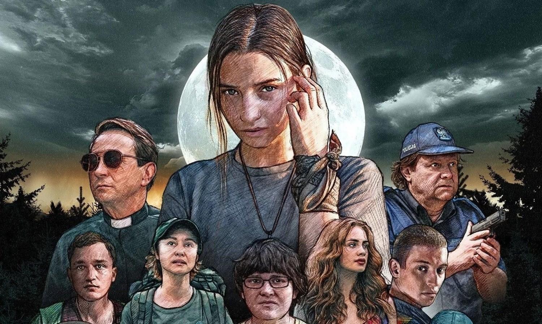 """""""W lesie dziś nie zaśnie nikt""""Akcja filmu rozpoczyna się dość niewinnie – grupa nastolatków uzależnionych od technologii trafia na… obóz offline"""