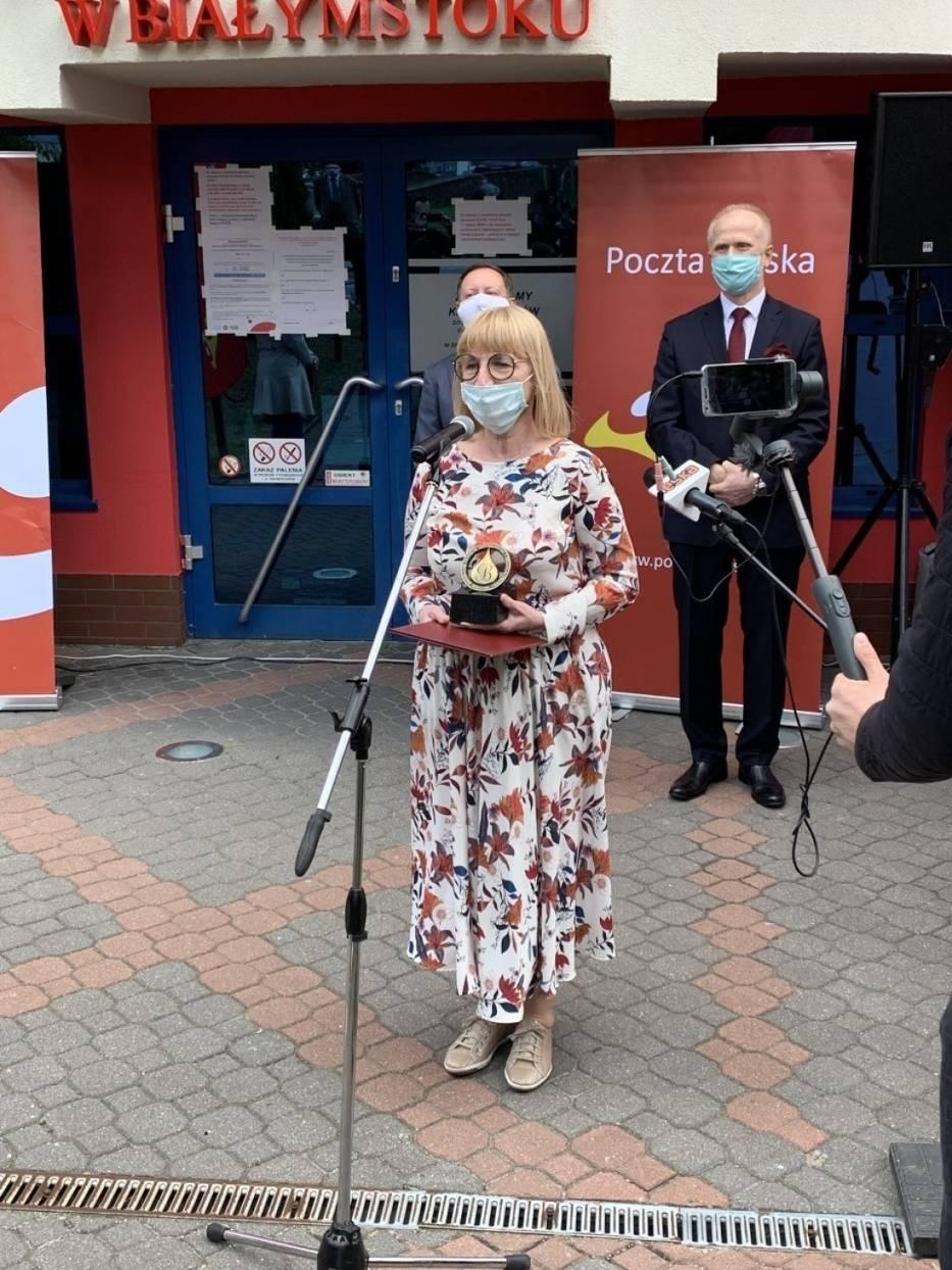 Bogusława Kłoda – Dębska, prezes Fundacji Pocztowy Dar otrzymała od RCKiK w Białymstoku honorowe wyróżnienie - Złotą Kroplę