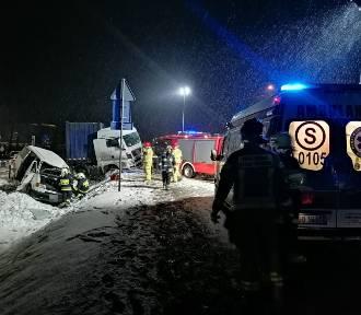 Wypadek na DK32 w Kotowie. Ciężarówka zderzyła się z busem