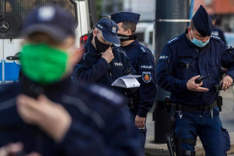 """W poniedziałek (12 kwietnia) policjanci """"patrolówki"""" wspomagani przez żołnierza Sił Zbrojnych RP interweniowali na ulicy Libelta w Inowrocławiu"""