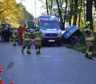 Ujazd. Wypadek busa i ciągnika, jedna osoba nie żyje, kilkunastu rannych