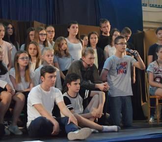 """Spektakl """"Inny świat"""" w wykonaniu uczniów ze szkół gminy Zadzim zwieńczeniem projektu realizowanego"""