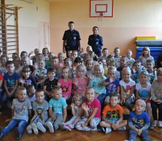 Policjanci z Piotrkowa Kujawskiego spotkali się z uczniami w Szkole Podstawowej w Dębołęce [zdjęcia]