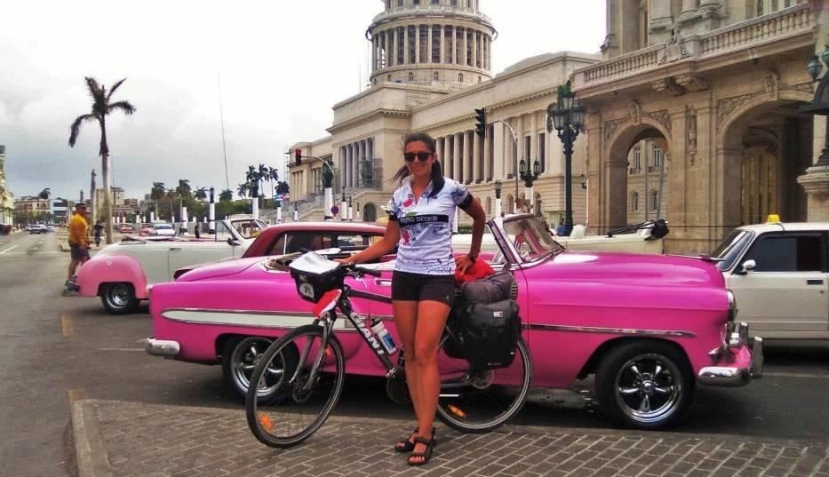 """Monika Stelmasik przed kultowymi kubańskim samochodem, który był w typowo """"kobiecym"""" kolorze"""