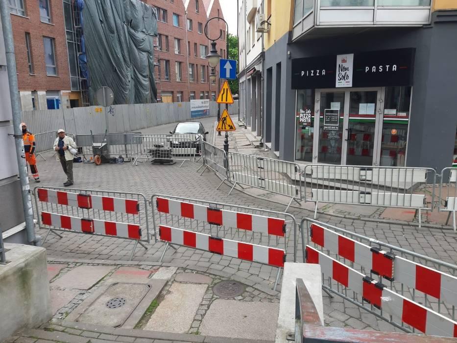 Rozkopane Podzamcze - jest problem z wejściem do lokali
