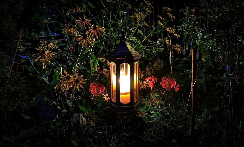 Warto zadbać, żeby ogród w pobliżu kącika wypoczynkowego był atrakcyjny nie tylko w ciągu dnia, ale też wieczorem