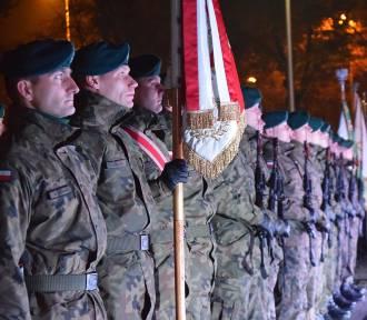 Capstrzyk Niepodległościowy przed pomnikiem Marszałka Józefa Piłsudskiego w Sieradzu (ZDJĘCIA)