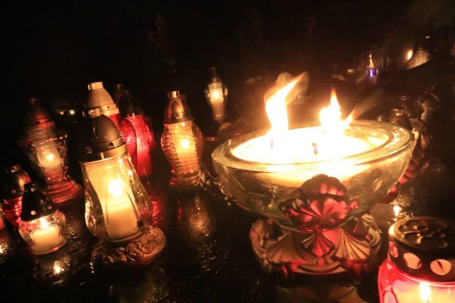 Rząd rozważa wprowadzenie dodatkowego wolnego w okolicy 1 listopada, tak by rozłożyć wizyty na cmentarzach w czasie Wszystkich Świętych