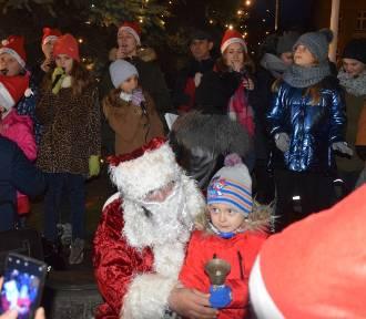 KOŹMIN: Św. Mikołaj odwiedził dzieci na Starym Rynku [ZDJĘCIA]