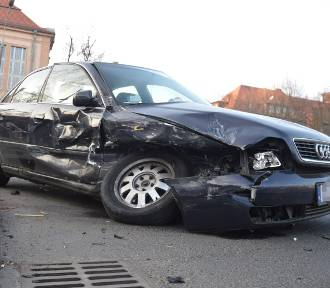 Zderzenie samochodów na skrzyżowaniu Sikorskiego i Jedności Robotniczej [ZDJĘCIA]