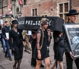 Symbolicznie pogrzebali Ziemię. Akcja aktywistów w Gdańsku