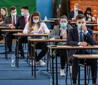 """Matura 2021. Komentarze pedagogów i OKE: """"Nie widać spadku zdawalności"""""""