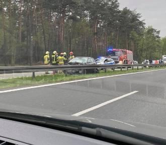 Wypadek na S1 w Tychach. Samochód uderzył w bariery energochłonne. Lądował LPR