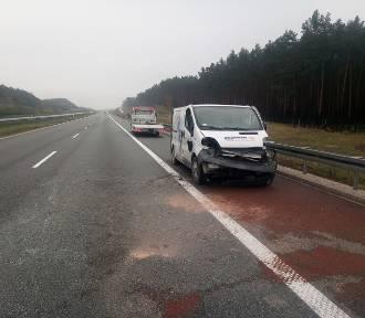 Groźny wypadek na autostradzie pod Aleksandrowem Kujawskim. Auto wywróciło się na bok, drugie