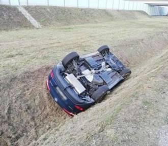 Żory: na ul. Reja samochód wypadł z drogi i dachował w rowie ZDJĘCIA