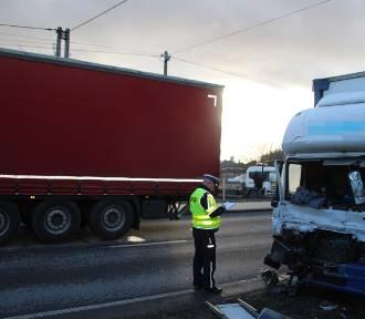 Zderzenie ciężarówek w Szubinie. Policja wyjaśnia przyczyny zdarzenia [nowe zdjęcia]