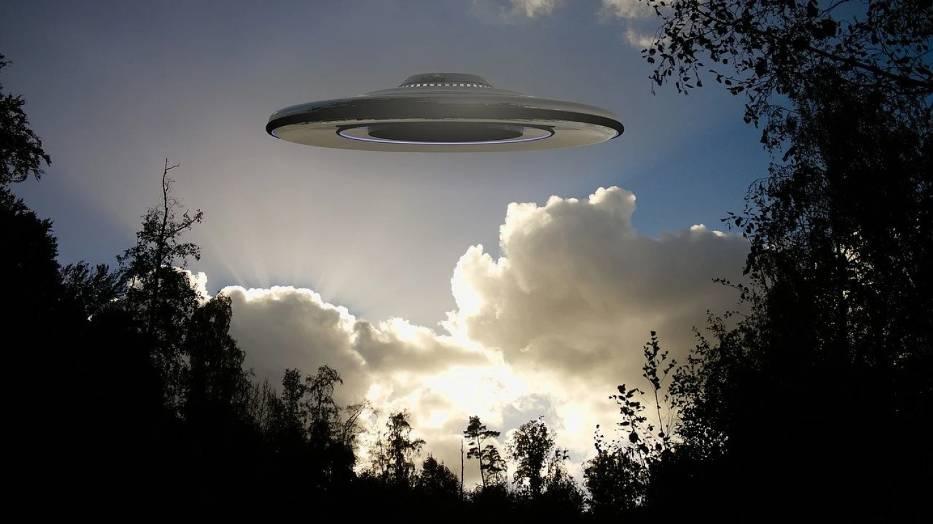 """UFO to inaczej """"niezidentyfikowany obiekt latający"""" (NOL)"""