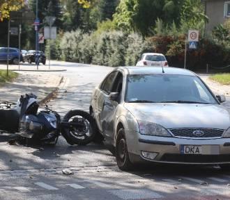 Wrocław. Uwaga, bardzo groźny wypadek motocyklisty na al. Wiśniowej (ZOBACZ ZDJĘCIA)