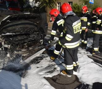 Na ul. Mickiewicza w Kościanie spłonął samochód [ZDJĘCIA, FILM]