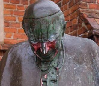 Starogard Gd. Policja szuka sprawców, którzy zdewastowali pomnik Jana Pawła II