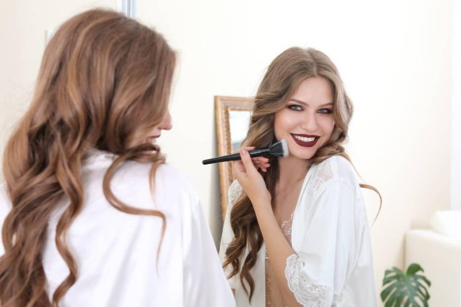 Jaki makijaż postarza? Zobacz, jakie są najczęściej popełniane błędy, które sprawiają, że makijaż dodaje lat i odbiera urodę