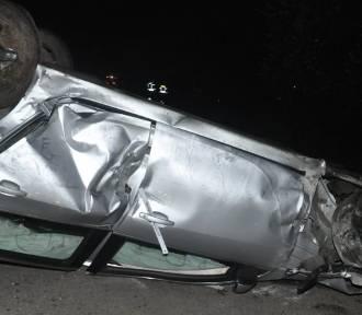 Rozpędzony samochód zniszczył ponad 30 metrów płotu. Kierowca był pijany