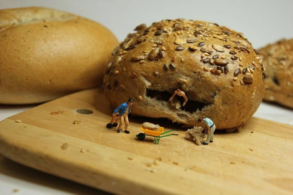W czasie epidemii koronawirusa nie chcesz stać w kolejce po chleb lub bułki? Masz więcej czasu i pizzę chcesz zrobić sam? Przygotowaliśmy zestaw przepisów - na chleb, bułki, chałkę, pizzę