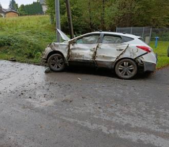 Siepraw. Samochód wpadł do rowu. Wcześniej kierowcy ktoś zajechał drogę i uciekł