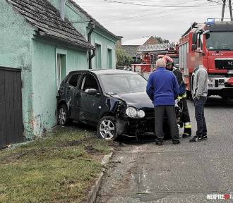 Kębłowo: Volkswagen uderzył w budynek mieszkalny
