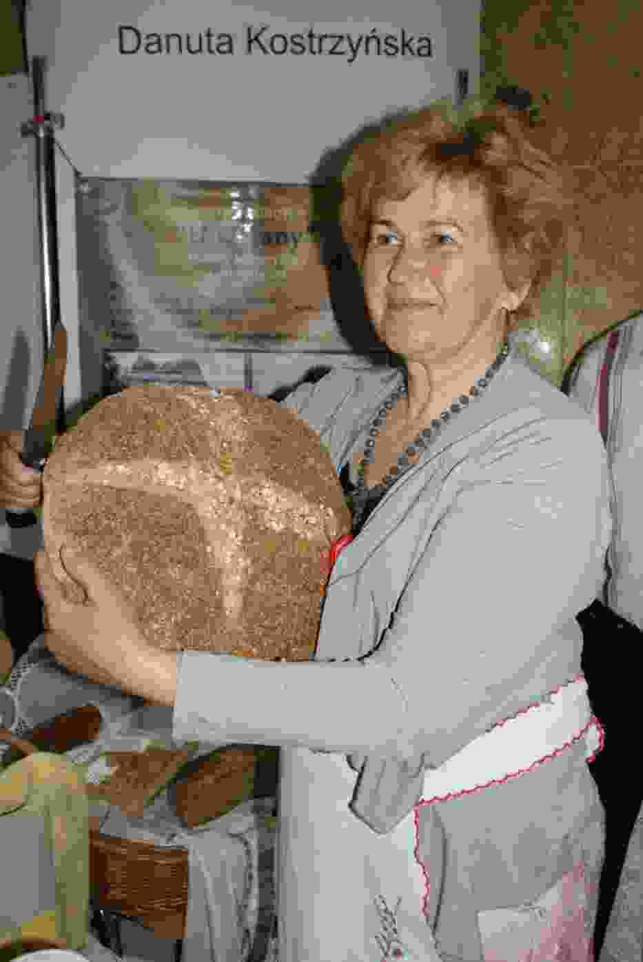 Danuta Kostrzyńska z wiejskim chlebem