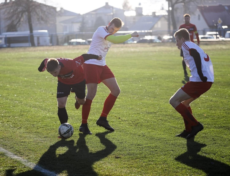 Drużyna z Wasilkowa (czerwone koszulki) w 1/4 finału Regionalnego Pucharu Polski zagra z Puszczą Hajnówka
