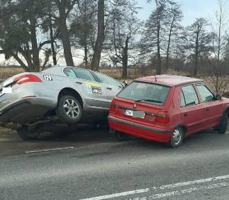 Zobacz zdjęcia z wypadku dwóch skód we Wrocławiu. Taksówka wylądowała w rowie