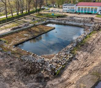 Trwa rozbiórka odkrytego basenu na łazienkach [Foto]