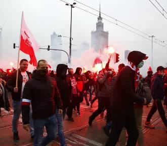 Marsz Niepodległości. Tłumy w centrum Warszawy. Biało-czerwone flagi, race i petardy