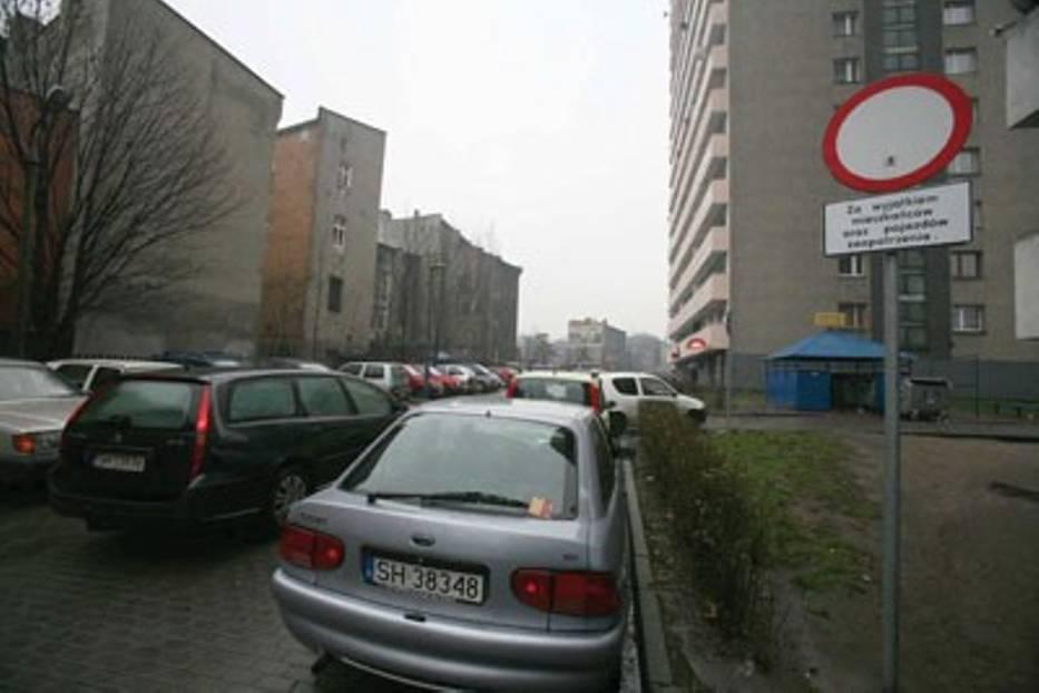 Zatłoczone parkingi irytują mieszkańców osiedla