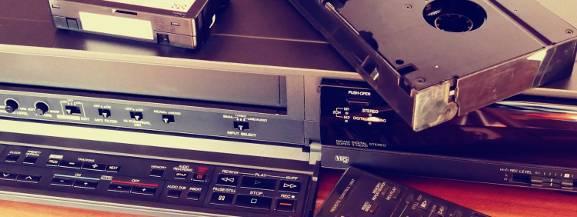 Era kaset VHS to wyjątkowy czas dla kina, który widzowie wspominają z wielkim sentymentem. Wszystko to za sprawą filmów określanych dzisiaj mianem